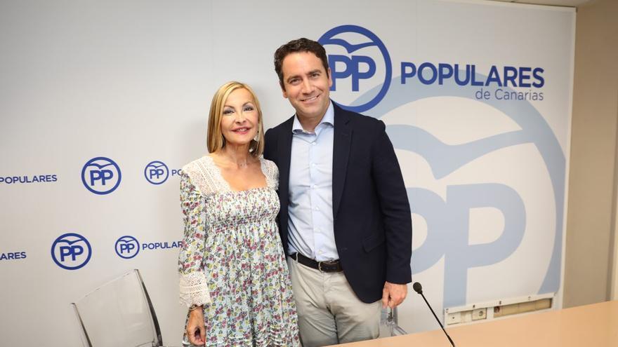 La presidenta del PP en Canarias, Australia Navarro, y el secretario general del PP, Teodoro García Egea.