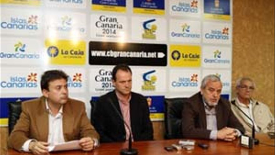 Óscar Hernández niega la disolución del club y garantiza su permanencia. (ACFI PRESS)
