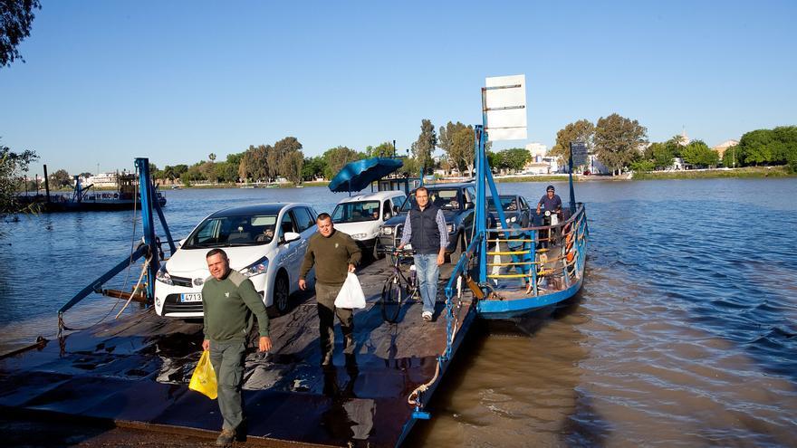 Barcaza para cruzar el río Guadalquivir a su paso por Coria.