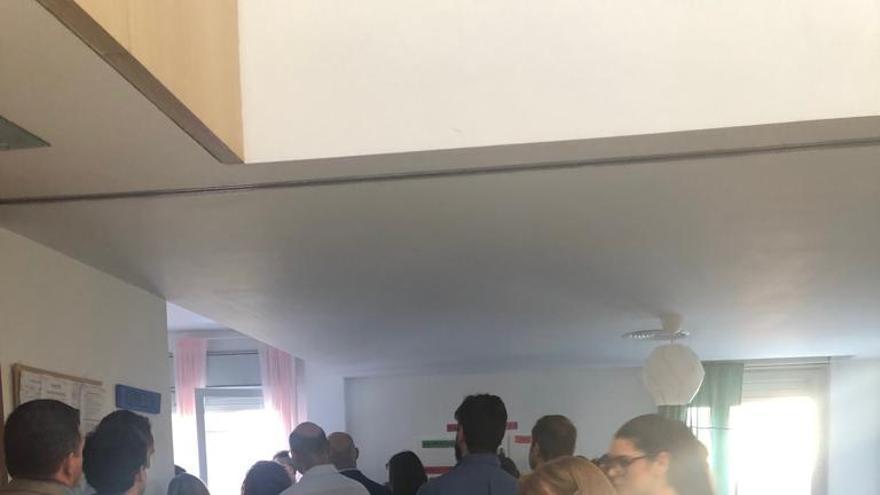 Imagen de la visita de los diputados de la comisión de Infancia y miembros de la consejería de Igualdad al centro de MENAs de Macarena.