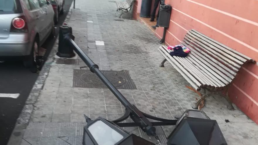 Farola tumbada por el viento en El Paso.
