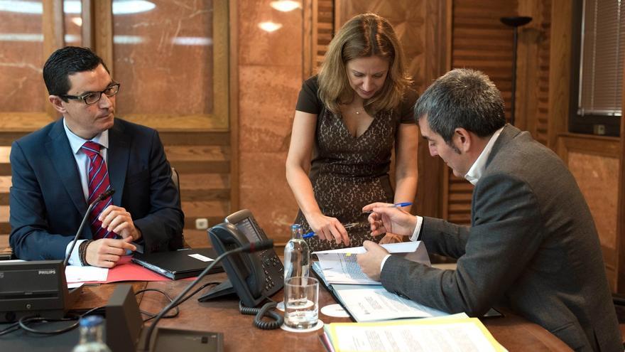 De izquierda a derecha: El vicepresidente regional, Pablo Rodríguez; la consejera de Hacienda, Rosa Dávila; y el presidente del Gobierno canario, Fernando Clavijo.