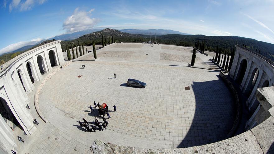 Los Franco sacan del Valle de los Caídos el féretro con los restos del dictador.