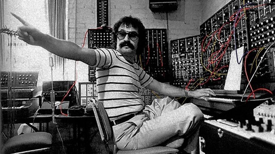 Giorgio Moroder en su estudio de grabación, con un gran sintetizador Moog. Foto: giorgiomoroder.com