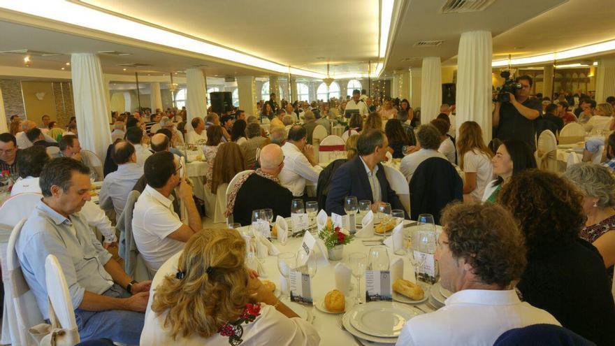 Más de dos centenares de personas abarrotaron el comedor del restaurante.