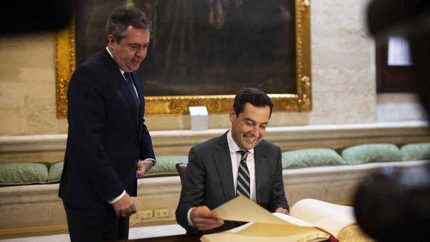 Archivo - El alcalde de Sevilla, Juan Espadas, y el presidente de la Junta de Andalucía, Juanma Moreno, en una foto de archivo.