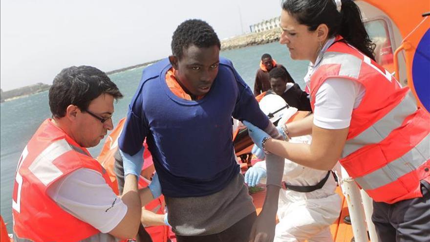 Cruz Roja ayuda a desembarcar a un hombre subsahariano rescatado por Salvamento Marítimo cuando intentaban alcanzar las costas españolas a bordo de una patera en aguas del Estrecho de Gibraltar. EFE/Archivo