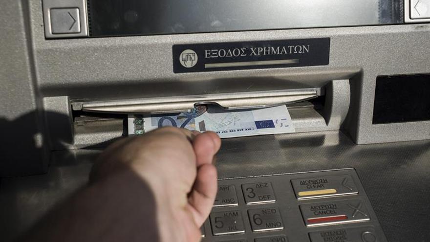 Grecia afloja el control de capitales y amplía la retirada de depósitos desde el extranjero