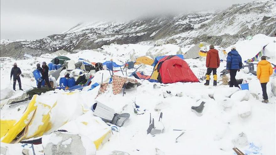 Unos 120 españoles serán evacuados desde Nepal a la India