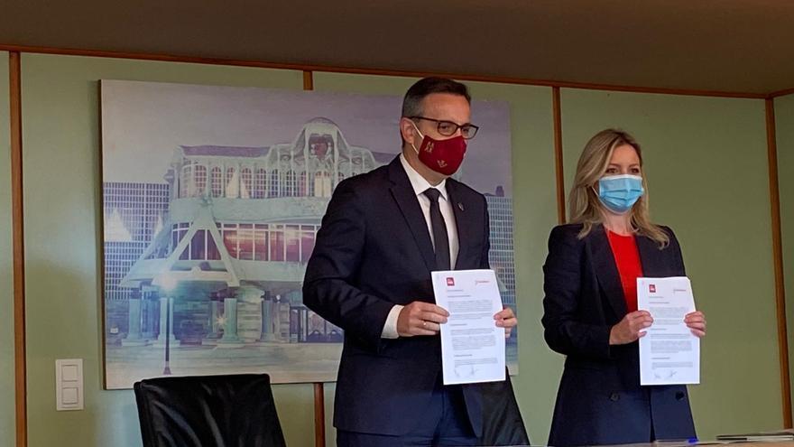 La coordinadora autonómica de Ciudadanos (Cs), Ana Martínez Vidal, y el secretario general del PSRM-PSOE, Diego Conesa, tras la firma del acuerdo