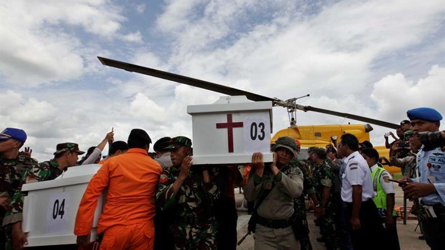 Al menos cuatro muertos al estrellarse un avión de carga en Indonesia