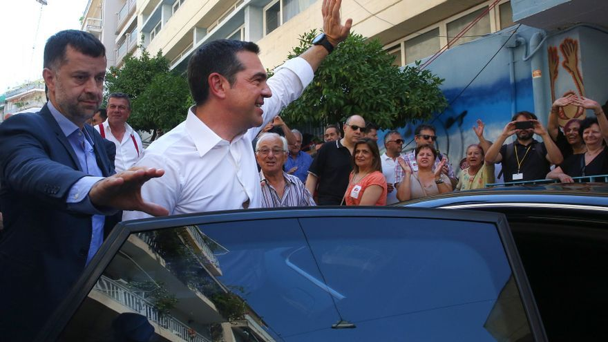 Athens (Greece), 07/07/2019.- Greece's Prime Minister Alexis Tsipras (C) leaves after casting his ballot during the general elections at a polling station in Athens, Greece, 07 July 2019. Greek voters will go to the polls on 07 July 2019 to cast their ballots in the Greek general elections. (Elecciones, Grecia, Atenas)