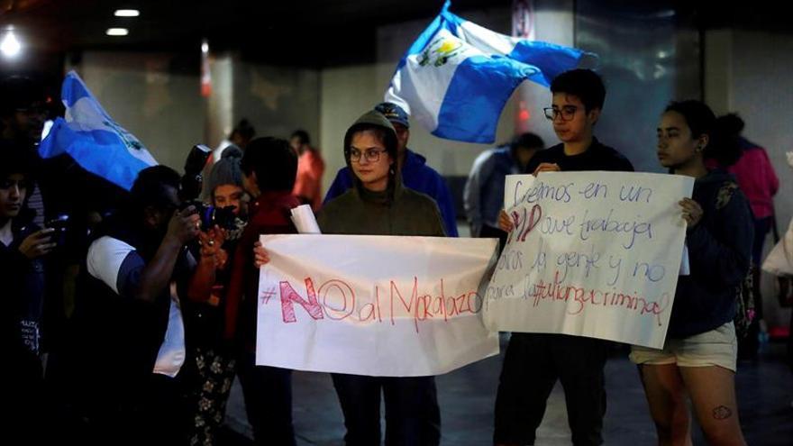 Unas pocas personas protestan en un Aeropuerto de Guatemala por la retención de un investigador de la CICIG