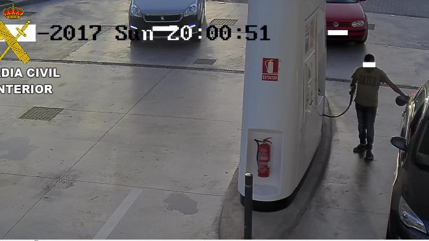 Detenido por falsificar placas de coches, estafar en gasolineras y conducir sin permiso