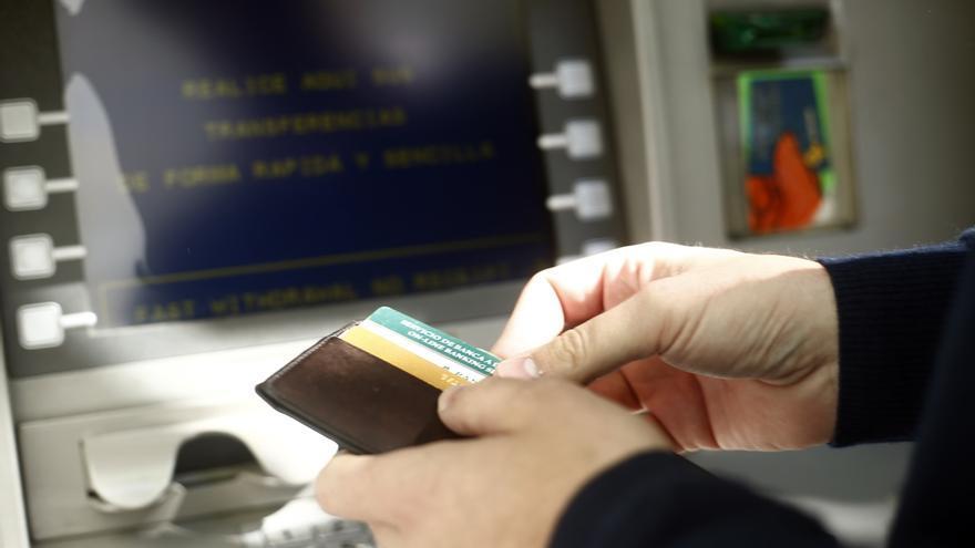 Una operación tan cotidiana como sacar dinero del cajero automático resulta imposible en más de la mitad de los pueblos de Aragón