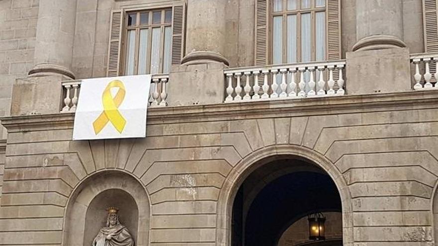 El lazo amarillo, en la fachada del Ayuntamiento de Barcelona