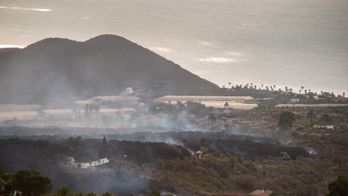 La lava se aproxima al mar tras la erupción del domingo del volcán de La Palma.
