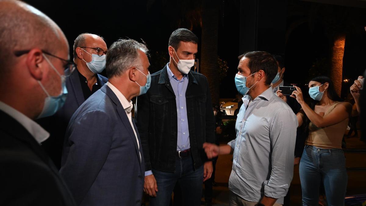 El jefe del Ejecutivo, Pedro Sánchez, junto al presidente canario, Ángel Víctor Torres, a su llegada a La Palma. - MONCLOA