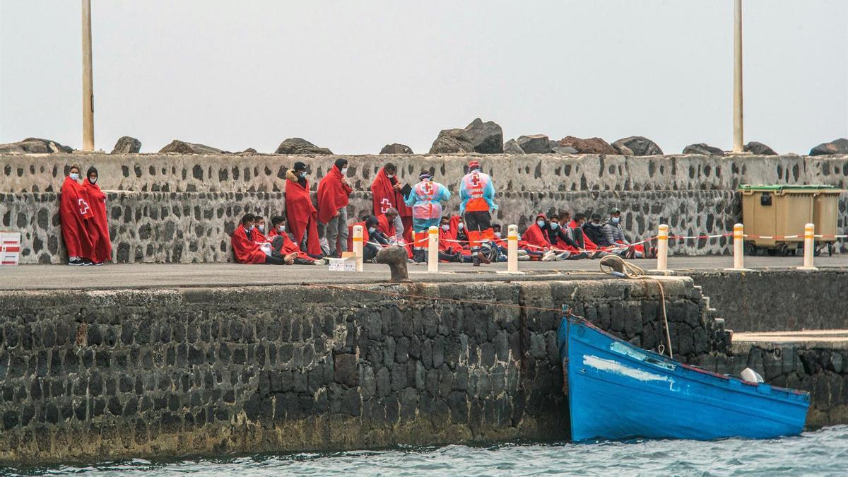 Varias de las 24 personas rescatados este domingo por Salvamento Marítimo a su llegada al muelle comercial de Arrecife, en Lanzarote. EFE/ Javier Fuentes Figueroa