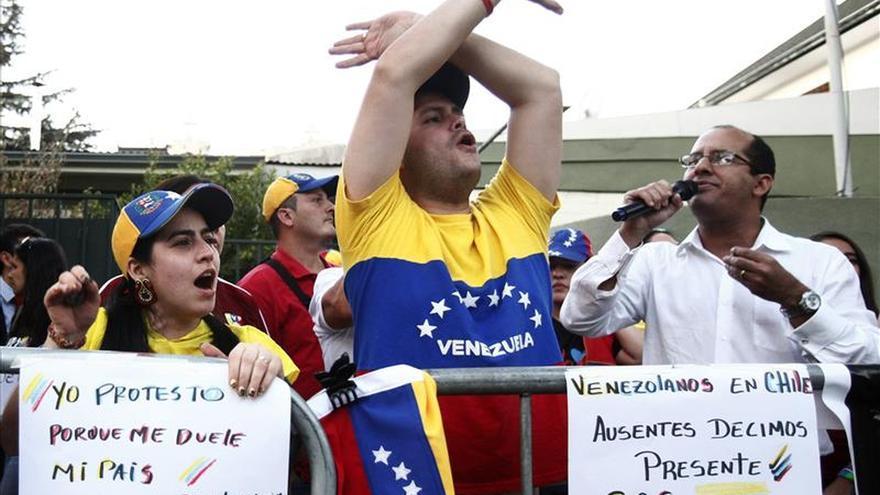 Se concentran en la embajada de Venezuela en Chile en el aniversario de las protestas