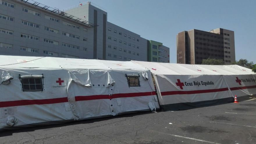 Hospital de campaña para atender las urgencias tras el incendio en esta área del centro sanitario de referencia en Santa Cruz