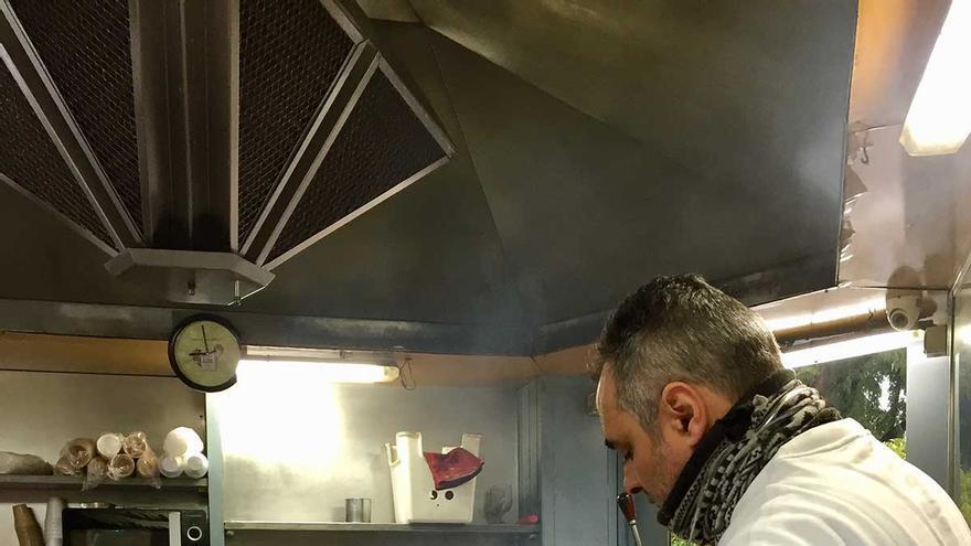 Bruno José Alfonso fríe churros de rueda en su quiosco frente al Arco de la Macarena.