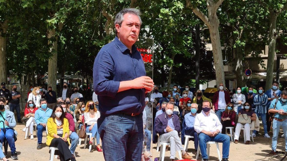 Espadas ha estado acompañado por unos 250 asistentes entre los que estaban cargos que en el pasado apoyaron a Susana Díaz