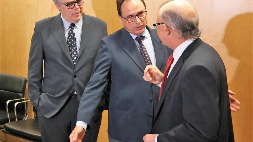 El conseller de Hacienda, Vicent Soler, dialoga con el ministro Cristóbal Montoro en el Consejo de Política Fiscal y Financiera