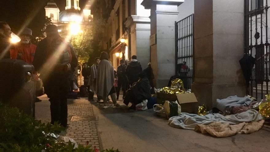 Este martes, una decena de personas volvió a pasar la noche frente a la sede del Samur Social de Madrid