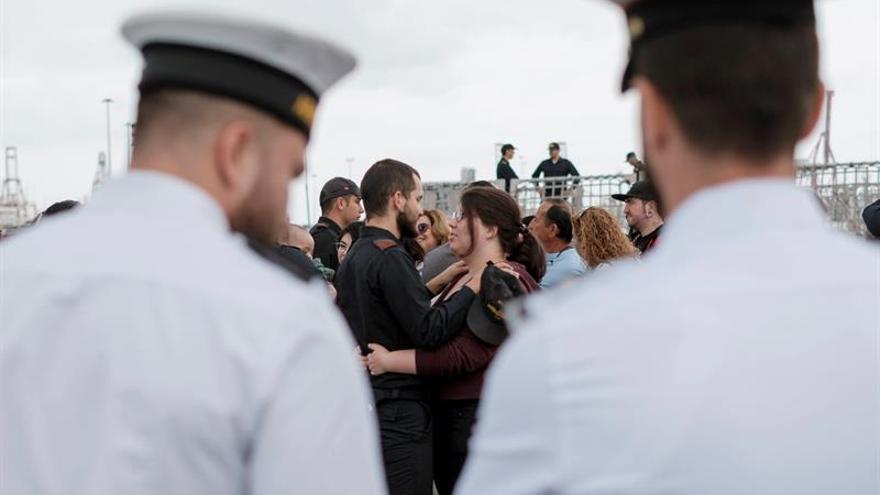 Los familiares de los miembros de la tripulación del buque de acción marítima (BAM) 'Meteoro', se despiden de ellos momentos antes de zarpar. (EFE/Ángel Medina G.)