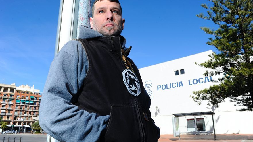 Jacob Crawford, de Copwatch, fotografiado ante una comisaría en Valencia.