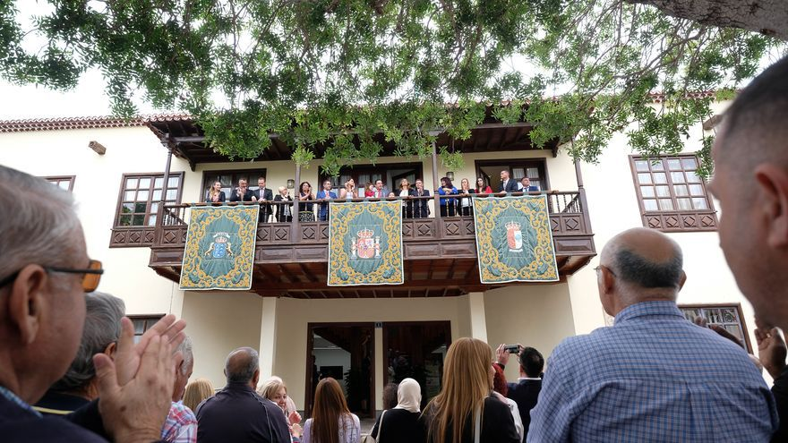 Mena se asoma al balcón para saludar a seguidores, afiliados del PSOE y vecinos