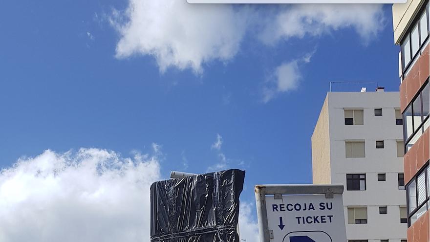 Aparcamientos en zona azul (tiempo limitado) en la Avenida del Puente de Santa Cruz de La Palma.