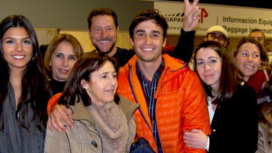 El bombero José Enrique Rodríguez con su familia al llegar al aeropuerto de Sevilla