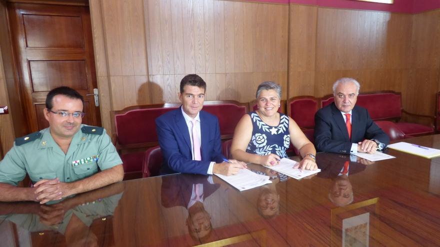Acto de la firma del convenio de colaboración entre el Ayuntamiento de Los Llanos y el Gobierno central para reforzar la lucha contra la violencia de género y proteger a sus víctimas.