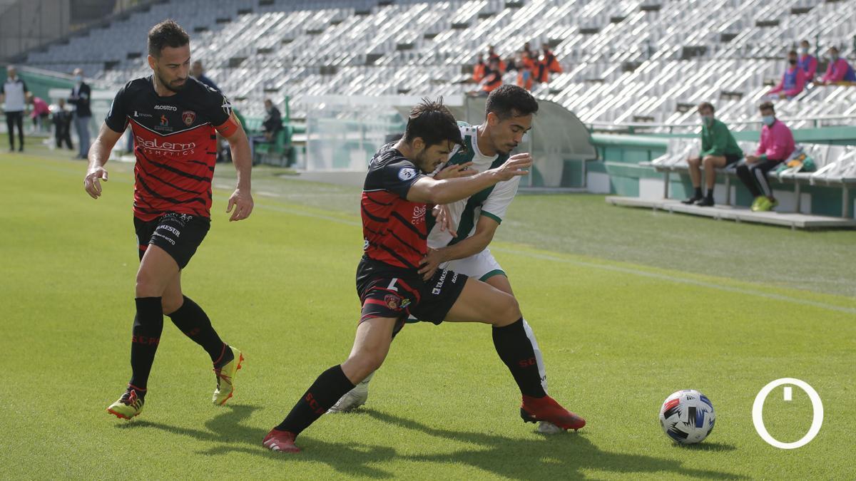 Lance de un duelo entre el Salerm y el Córdoba B.