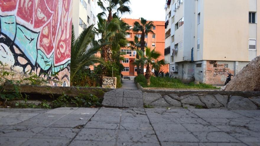 Las escaleras están desvineladas respecto al resto del suelo. FOTO: Iago Otero Paz.