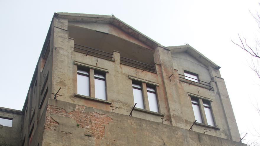 El edificio de dos plantas que se levanta sobre la entrada de la mina de talco en la Vajol