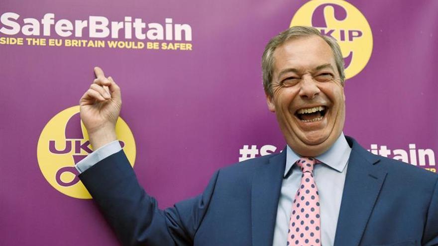 """Farage insta a la campaña por el """"brexit"""" a centrarse en la inmigración"""