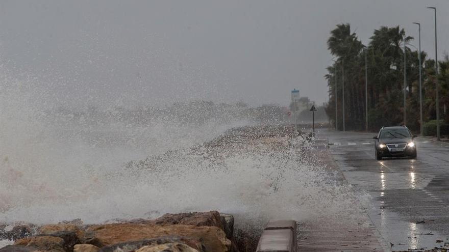 Vista general de la carretera entre Burriana y Nules, en Castellón, azotada por los efectos del temporal. EFE/Domenech Castelló