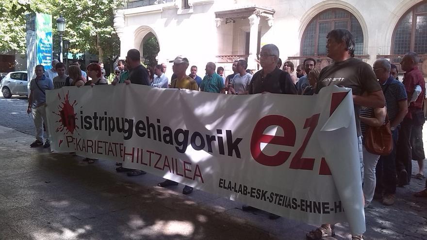 Sindicatos protestan contra la siniestralidad frente a la sede de la patronal alavesa