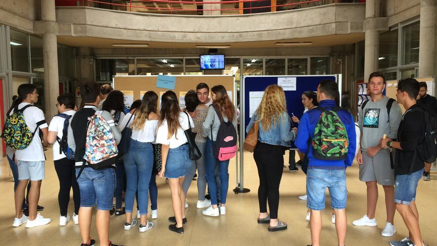 Estudiantes a punto de hacer uno de los exámenes de la EBAU