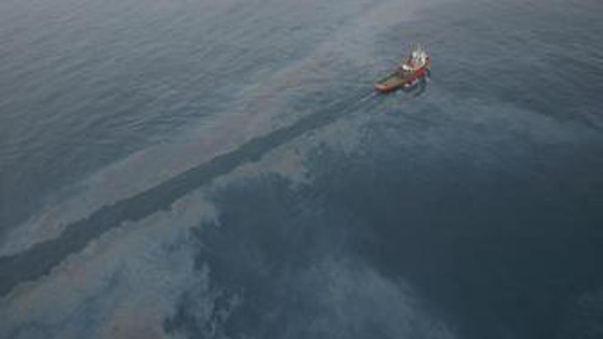 Embarcación de Salvamento Marítimo trabajando en un vertido de crudo frente a Ta