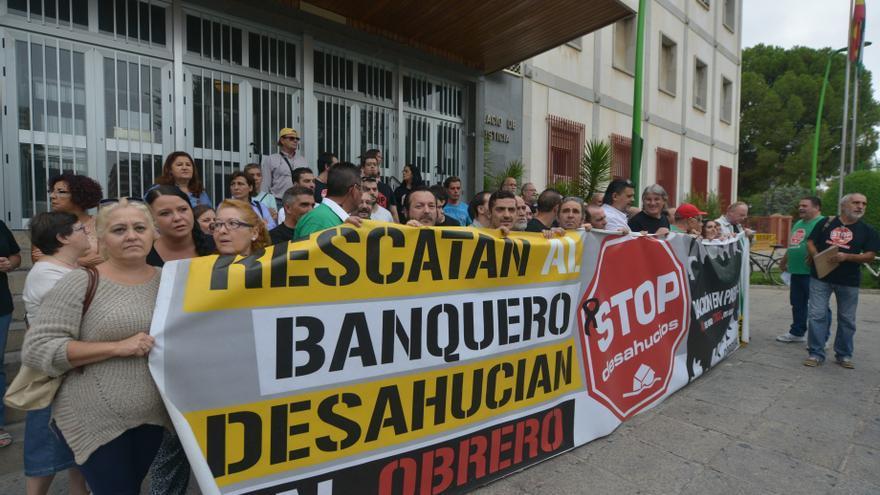 Concentración de Stop Desahucios en los Juzgados de Córdoba antes de presentar los escritos solicitando que los jueces paralicen las ejecuciones hipotecarias.