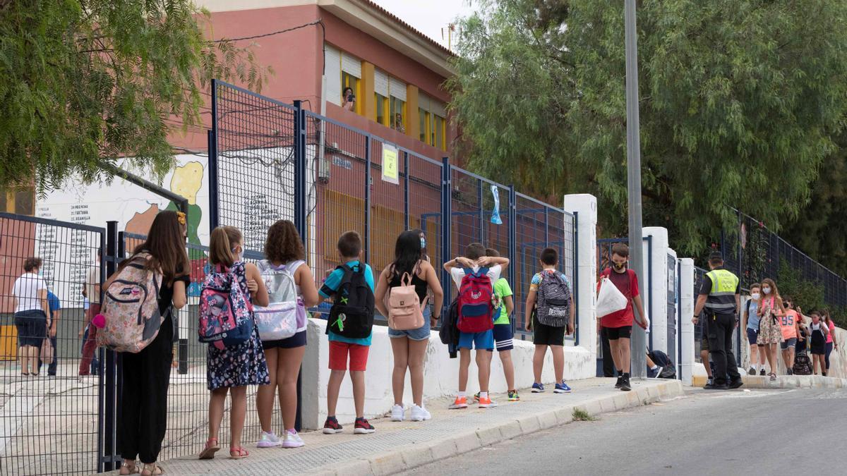Niños del colegio público José Alcolea Lacal de Archena, en Murcia. EFE/Marcial Guillén