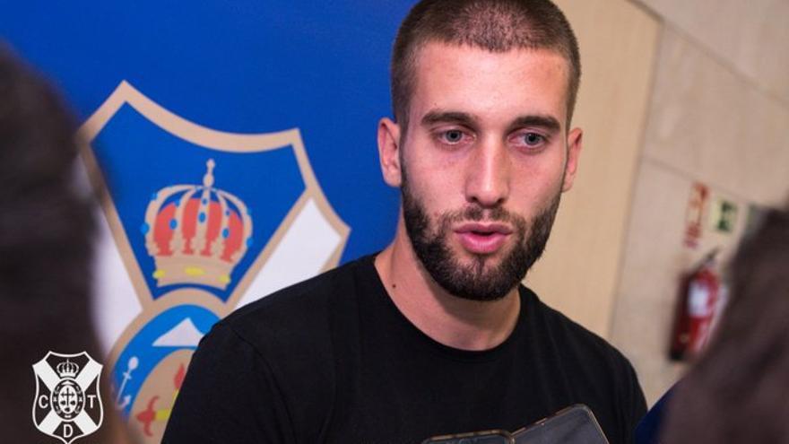 Nikola Sipcic atendiendo a los medios a su llegada a Los Rodeos