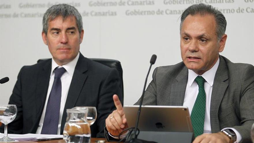 Los presidentes del Gobierno de Canarias, Fernando Clavijo (i), y de la patronal Exceltur, José María Gonzále. EFE/Cristóbal García