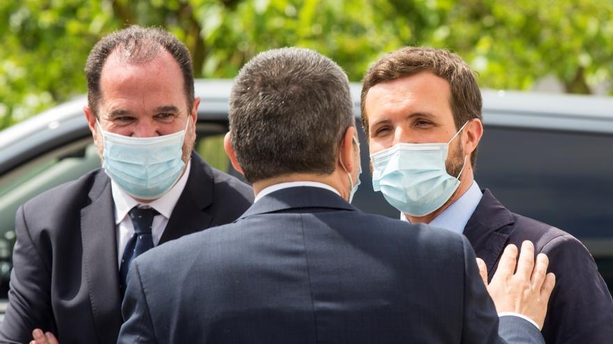 El presidente del PP,Pablo Casado (d), y el candidato a lehendakari, Carlos Iturgaiz (i), durante una visita a una empresa que han realizado este miércoles en Vitoria, dentro de la campaña de las autonómicas vasas del 12 de julio.