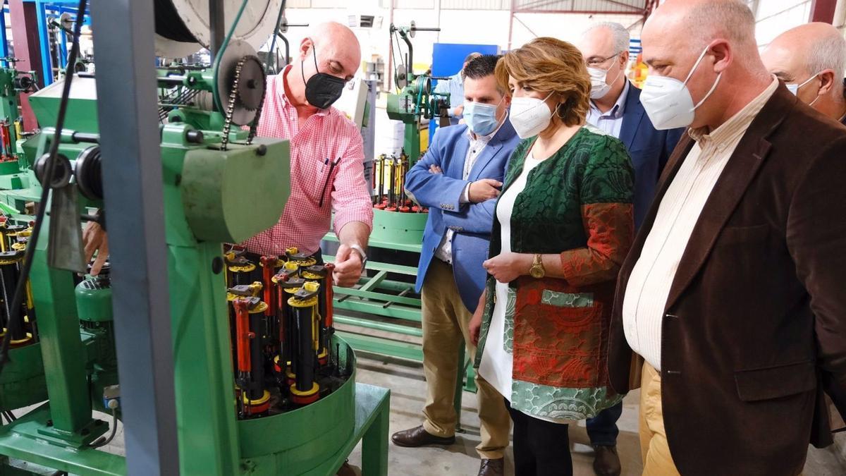Expósito (izda.), junto a Susana Díaz y el secretario general del PSOE de Córdoba, Antonio Ruiz, durante una reciente visita a una fábrica de Peñarroya.