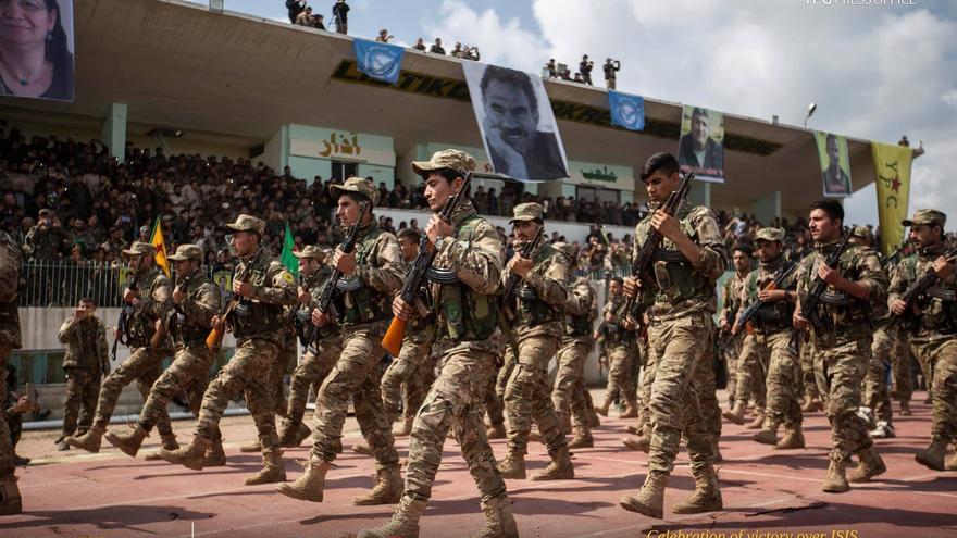 Soldados del YPG celebran la victoria sobre ISIS en un acto organizado este jueves en Qamishly, ciudad fronteriza con Turquía. De fondo, una pancarta con la cara de Abdullah Ocalan, fundador del PKK.
